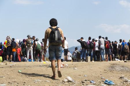 Idomeni, Grecia - 19 de agosto de 2015: Cientos de inmigrantes se encuentran en una espera en la frontera entre Grecia y la ARYM esperando el momento adecuado para continuar su viaje desde pasajes sin vigilancia Foto de archivo - 44215108