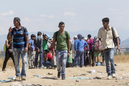 Idomeni, Grecia - 19 de agosto de 2015: Cientos de inmigrantes se encuentran en una espera en la frontera entre Grecia y la ARYM esperando el momento adecuado para continuar su viaje desde pasajes sin vigilancia Foto de archivo - 44215123
