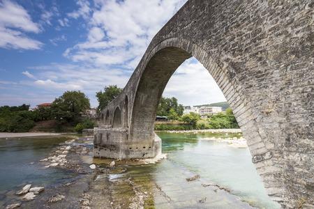 paisaje mediterraneo: El puente de Arta es un viejo puente de piedra que cruza el río Arachthos en el oeste de la ciudad de Arta en Grecia.