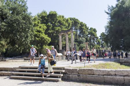 Olympia, Griekenland - 9 augustus 2015: Oude ruïnes van de Philippeion in Olympia, Griekenland. Het Archeologisch Museum van Olympia, het belangrijkste van Griekenland. Stockfoto - 45272215