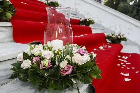 iglesia: Alfombra roja de la boda con velas blancas en las escaleras de la iglesia Foto de archivo