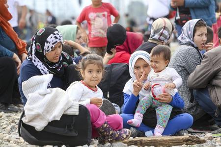 Idomeni, Grecia - 24 septiembre, 2015: Cientos de inmigrantes se encuentran en una espera en la frontera entre Grecia y la ARYM esperando el momento adecuado para continuar su viaje desde pasajes sin vigilancia Foto de archivo - 45566641