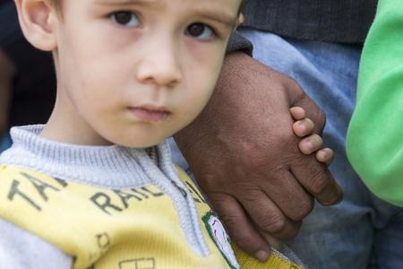 Idomeni, Grecia - 24 septiembre, 2015: Cientos de inmigrantes se encuentran en una espera en la frontera entre Grecia y la ARYM esperando el momento adecuado para continuar su viaje desde pasajes sin vigilancia Foto de archivo - 45566308