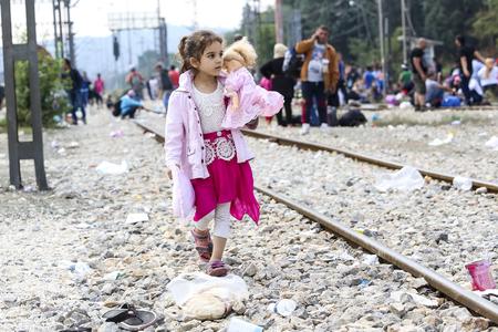 Idomeni, ギリシャ - 2015 年 9 月 24 日: 移民の数百人は、ギリシャとマケドニアは無防備な通路から彼らの旅を続行する正しい時を待っている間のボーダ
