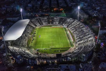 Thessaloniki, Griekenland, 4 oktober 2015: Lucht roet van de Toumba Stadium vol met fans tijdens een voetbalwedstrijd voor het kampioenschap tussen de teams PAOK vs Olympiacos Redactioneel