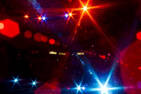 Informieren Sie sich über das von dem beleuchteten leeren Konzertbühne zu dem dunklen Zuschauerraum