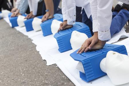 Mann Ausbilder, der CPR auf Übungspuppe