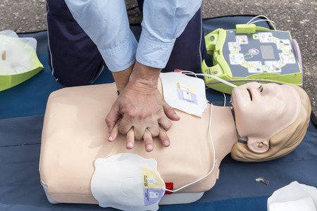 Thessaloniki, Greece, Oktober16 2015: The instructor showing CPR on training doll. Free First Aid, CPR lessons given in the center of Thessaloniki, Greece. Redactioneel
