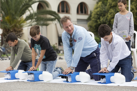 first class: Thessaloniki, Greece, Oktober16 2015: The instructor showing CPR on training doll. Free First Aid, CPR lessons given in the center of Thessaloniki, Greece. Editorial