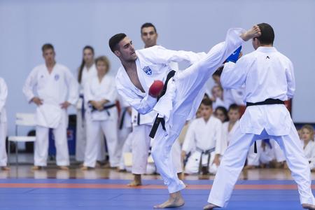 Thessalonique, Grèce, Oktober18 2015: Démonstration par les hommes et les femmes facultés des arts japonais traditionnels martiaux, le judo, le karaté, l'aïkido, kendo Banque d'images - 46841350