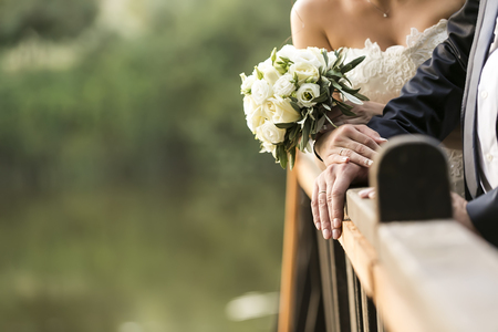 Mariée et le marié mains avec des anneaux de mariage (soft focus), filtre image couleur style.Cross image traitée pour look vintage Banque d'images - 47701539