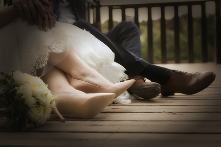 Füße von Braut und Bräutigam, Hochzeitsschuhe (Soft-Fokus). Cross verarbeitet Bild für Vignette Blur Blick