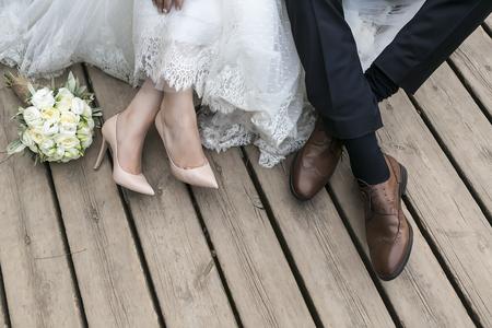 Füße von Braut und Bräutigam, Hochzeitsschuhe (Soft-Fokus). Überqueren Sie bearbeitete Bild für Vintage-Look