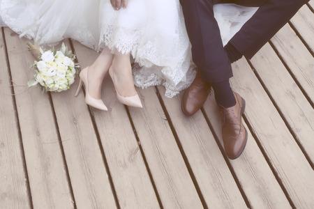 Pies de la novia y el novio, zapatos de la boda (enfoque suave). Cruzar imagen procesada para la mirada de la vendimia Foto de archivo - 47701560