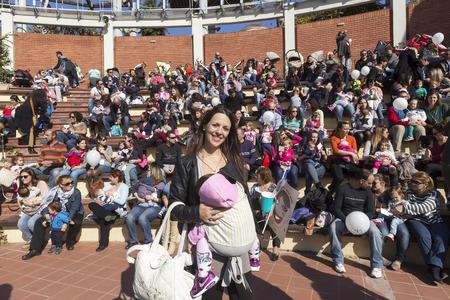 amamantando: Tesalónica, Grecia, 1 de Noviembre de 2015: La madre amamanta a su bebé en la 6ª amamantar en público a nivel nacional en la celebración de la Semana Mundial de la Lactancia