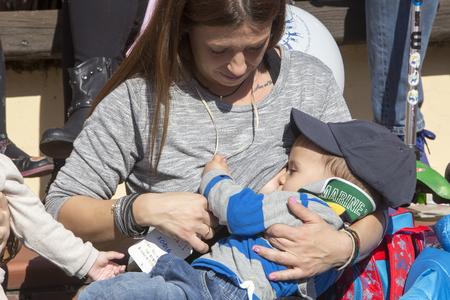 lactancia materna: Tesalónica, Grecia, 1 de Noviembre de 2015: La madre amamanta a su bebé en la 6ª amamantar en público a nivel nacional en la celebración de la Semana Mundial de la Lactancia