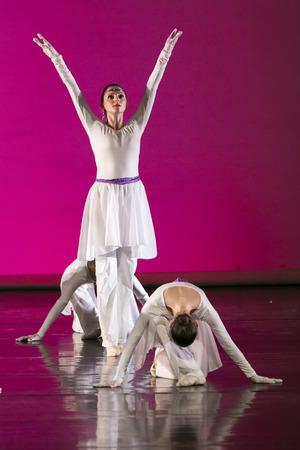 ballet: Sal�nica, Grecia, 15 de Mayo de 2015: los bailarines no identificados de la escuela de danza teatro durante las actuaciones del Estado de ballet de Tesal�nica Editorial