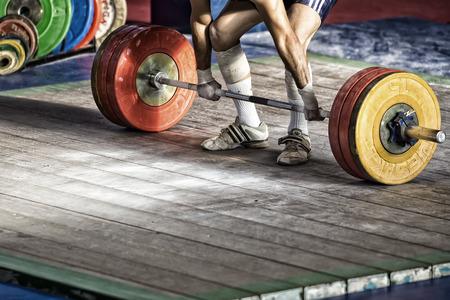 levantando pesas: Sal�nica, Grecia 3 de octubre de 2015: Las manos y los pies de atleta en la barra. Atleta joven que se prepara para levantar pesas durante el Campeonato de Halterofilia griega