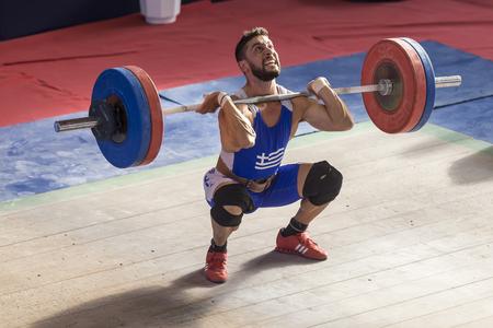 levantando pesas: Tesalónica, Grecia 2 Oct 2015: atleta desconocido en su intento de levantar los pesos durante el transcurso del Campeonato de pesas griego