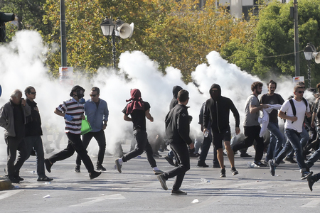 Athens, Greece, November, 12 2015: Clashes have broken out between riot police and youths at a demonstration in central Athens during the general strike. 新聞圖片