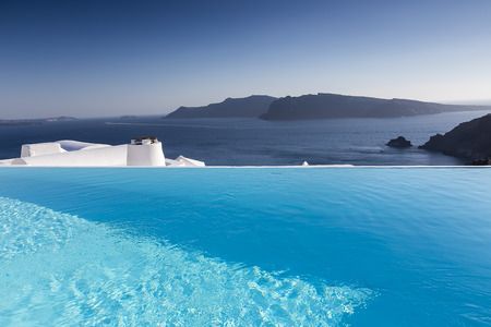 Luxury resort swimming pool in Santorini, Greece Standard-Bild