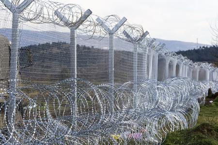 Idomeni, Kilkis, Griechenland, den 29. November 2015: Die Armee von EJR Mazedonien weiterhin den Zaunbau an der griechisch - FYROM Grenze, die Flüchtlinge zu stoppen, in der Nähe der griechischen Dorf Idomeni