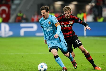 Leverkusen, Germany- 9. Dezember 2015: Christoph Kramer (R) und Lionel Messi (L) während der UEFA Champions League-Spiel zwischen Bayer 04 Leverkusen vs Barcelona zu BayArena Editorial
