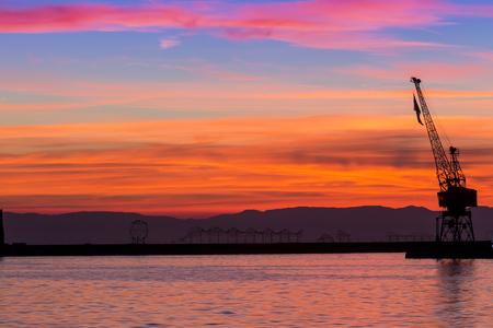 pozo petrolero: Silueta de una plataforma de perforación contra la puesta de sol espectacular