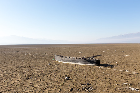 Bett des trockenen Sees mit natürlichen Textur der gebrochenen Ton in der Perspektive Stock. Death Valley-Feld. Hintergrund. Selektiver Fokus auf schwarzem Boden dunkel Land. Ideenkonzept Symbol Katastrophe Ökologie in der Natur Lizenzfreie Bilder