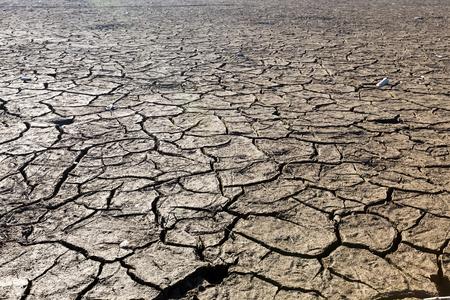 展望階にひびの入った粘土の自然な風合いを持つ乾燥湖ベッド。死の谷のフィールドです。背景。黒土暗い土地の選択と集中。自然の中のアイデア  写真素材