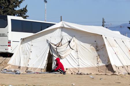 fille pleure: Idomeni, Gr�ce, le 7 F�vrier, 2016: Des centaines d'immigrants sont en attente � la fronti�re entre la Gr�ce et l'ARYM attendant de franchir les fronti�res de l'ARY de Mac�doine