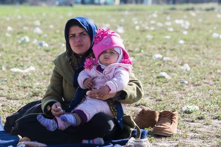Idomeni, Griechenland, 7. Februar 2016: Hunderte von Immigranten sind in einer Wartezeit an der Grenze zwischen Griechenland und der ehemaligen jugoslawischen Republik Mazedonien warten, um die Grenzen zu EJR Mazedonien zu überqueren Editorial
