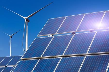 Centrale électrique utilisant l'énergie solaire renouvelable avec le soleil et le vent turbine Banque d'images