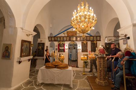 jesus birth: Ios, Grecia - el 7 de septiembre de, 2015: misa en una iglesia ortodoxa griega en la isla de Ios, Grecia. Por razón de nacimiento de María, madre de Cristo. Editorial