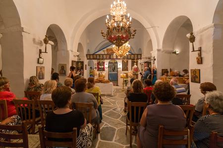 nascita di gesu: Ios, Grecia - 7 settembre 2015: Santa Messa in una chiesa ortodossa greca nell'isola di Ios, Grecia. A causa di nascita di Maria, madre di Cristo.