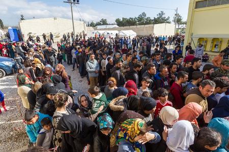 pobreza: Tesalónica, Grecia - 25 de febrero de, 2016: refugiados que viven en tiendas de campaña en el centro de reubicación Diavata esperando para continuar su viaje de la frontera entre Grecia y Macedonia y de allí a Europa