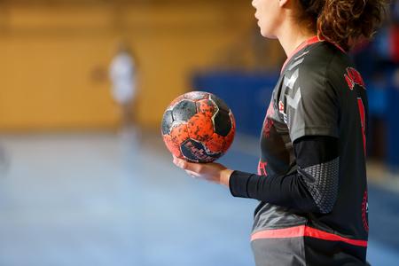 Tesalónica, Grecia - 13 febrero 2016: Indefinido manos que sostienen una bola antes del partido de balonmano Copa griega final femenina Arta vs Nea Ionia