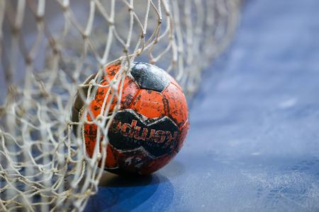balonmano: Tesal�nica, Grecia - 13 febrero 2016: bal�n de balonmano en el poste de la porter�a neta antes del partido de balonmano Copa griega final femenina Arta vs Nea Ionia Editorial