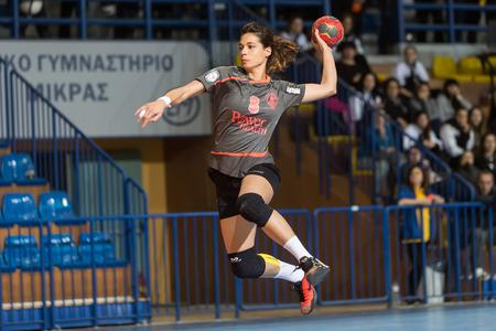 Tesalónica, Grecia - 13 febrero 2016: Jugador del balonmano en acción durante el partido de balonmano Copa griega final femenina Arta vs Nea Ionia Foto de archivo - 53091008