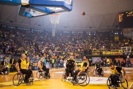 paraplegic: Tesal�nica, Grecia - el 28 de febrero de, 2016: personas no identificadas jugar un partido amistoso de baloncesto de silla de ruedas en el estadio Nick Galis