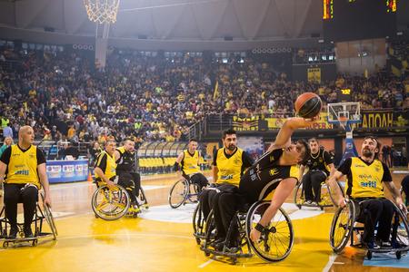 paraplegico: Tesalónica, Grecia - el 28 de febrero de, 2016: personas no identificadas jugar un partido amistoso de baloncesto de silla de ruedas en el estadio Nick Galis