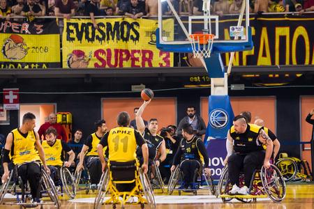 paraplegic: Tesalónica, Grecia - el 28 de febrero de, 2016: personas no identificadas jugar un partido amistoso de baloncesto de silla de ruedas en el estadio Nick Galis