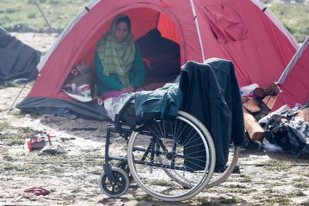 Idomeni, Griechenland - 8. März 2016: Tausende von Immigranten sind in einer Wartezeit an der Grenze zwischen Griechenland und der ehemaligen jugoslawischen Republik Mazedonien warten, um die Grenzen zu EJR Mazedonien zu überqueren.