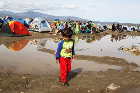 Idomeni, Griekenland - 8 maart 2016: Duizenden immigranten in een wachttijd aan de grens tussen Griekenland en de FYROM te wachten om de grens over te steken om FYR Macedonië. Redactioneel