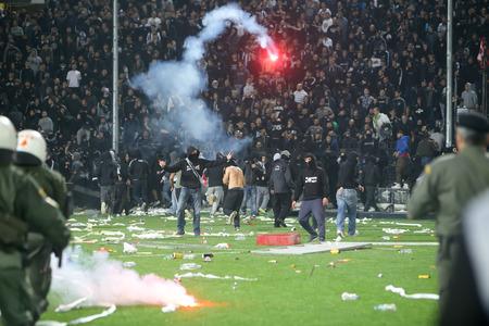 Tesalónica, Grecia - 02 de marzo de, 2016: los aficionados del PAOK chocan con la policía antidisturbios durante la semifinal de la Copa griega juego entre el PAOK y el Olympiacos jugó en el estadio Toumba Foto de archivo - 54842700