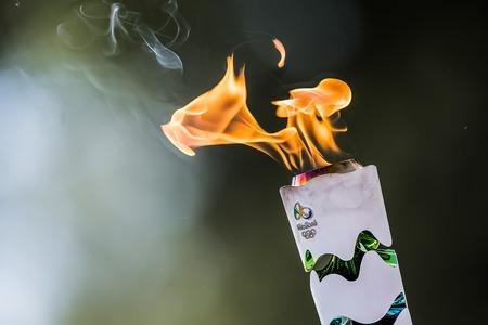 """Olympia, Griekenland - 20 april 2016: ?he toorts in de loop van de laatste repetitie van The Lighting Ceremony of the Flame voor de Olympische Spelen """"Rio 2016 'en de Torch Relay, Naos Iras, Archea Olympia. Stockfoto - 55991391"""