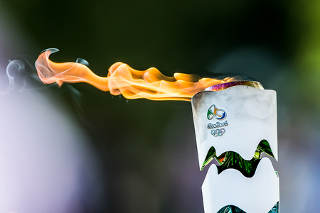 "Olympia, Griekenland - 20 april 2016: Τhe toorts in de loop van de laatste repetitie van The Lighting Ceremony of the Flame voor de Olympische Spelen ""Rio 2016 'en de Torch Relay, Naos Iras, Archea Olympia."