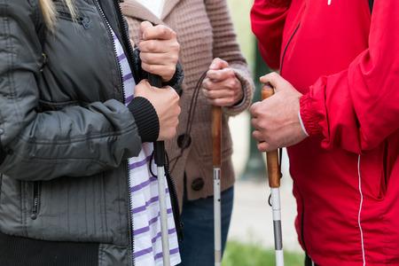 Close up in blinde Frau die Hände mit einem Stock. Tiefenschärfe Bild mit geringer Tiefenschärfe