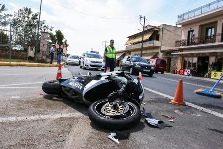Argolida, Grecia - 15 de mayo 2016: accidente de tráfico entre un coche y una motocicleta de gran cilindrada en los caminos rurales Editorial