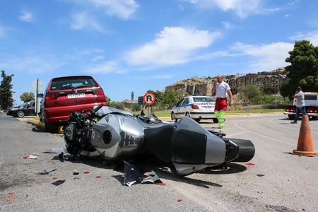Argolide, Grèce - 15 mai 2016: accident de la circulation entre une voiture et une moto de grosse cylindrée sur les routes de campagne Éditoriale
